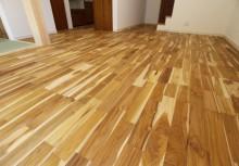床 自然素材のチークを採用。高級材として評価は高く、裸足が心地いい木の本来の良さが感じられるこだわりのリビング。