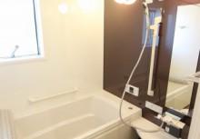浴室 キレイが長く続く、つややかな人造大理石浴槽。保温仕様にもなっており、帰りが遅くても温かいお風呂に入れます。浴室乾燥付きで洗濯物が乾きにくい時期に大活躍!