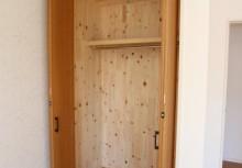 洋室 クローゼット内の壁に調湿効果のある桧の無垢材が貼ってあります。