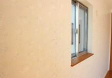 洋室 遊び心で可愛く壁一面にスヌーピーのクロスが貼ってあります。