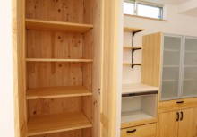 KP キッチン横にある食品庫は毎日の食卓を賑わす食材が豊富に収納できます。また、収納内部にも自然素材を使用する事によって湿気が溜まりやすい収納も木の調湿でスッキリ!
