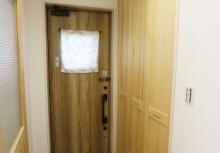 玄関 ホールにシューズクロークを完備。可動棚になっており、大きな物でも高さを調節して、しっかりと収納できる仕様です。