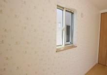 洋室 遊び心で可愛く壁一面にミッキーのクロスが貼ってあります。