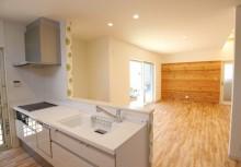 キッチン 対面オープンキッチンで空間が一体となり、開放感のあるキッチンです。