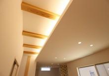 リビング天井 一部構造梁と間接照明で、楽しめるリビング空間。もちろんLED照明で調光ができ、お好きな明るさでくつろぐ事ができます。