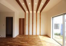 リビング壁 天井の梁と壁の板によるデザインリビング。ダウンライトと間接照明でスタイリッシュな演出です。