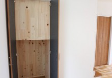 階段下物入 奥行きのある収納スペースは、掃除機など楽々収納できます。
