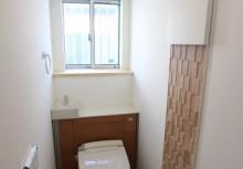 トイレ 空間がスッキリするキャビネット付トイレです。壁に貼ってあるデザインパネルは、見た目だけでなくパネル自体が調湿や脱臭効果があります。