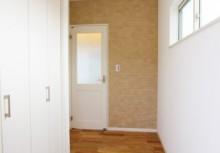 玄関 正面壁に貼ってあるデザインパネルは、見た目だけでなくパネル自体が調湿や脱臭効果があります。