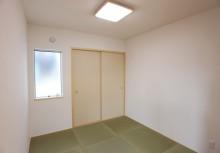 和室 リビング続きの和室は4.5帖。お子様のお昼寝スペースや来客時にも重宝しそう。キッチンから和室が見える間取りです。内部の柱や梁などの構造材も国産の自然素材にこだわり、香り豊か和室です。
