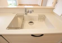 人工大理石シンク 汚れがたまりやすいシンクとカウンター、シンクと排水口の間にスキマがないから、さっとふくだけでキレイが保てます。