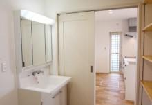 洗面所 キッチンからの動線を考慮して、洗濯物もその場で収納できるように洗面収納を完備しました。