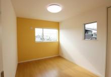 洋室 壁一面をポップな壁紙にして、オシャレな空間を。子供部屋にもオススメです。