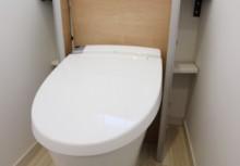 トイレ収納 キャビネット付の収納で、お掃除道具などトイレに置いておきたいものスッキリ収納。