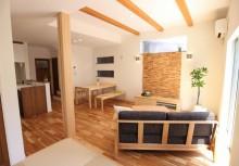 LDK 南向きに面しておりますので明るい空間になり、床や壁、天井梁の無垢材が自然な住空間を演出しております。無垢材は調湿効果があって、年中快適に過ごして頂ける様に。
