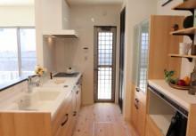 LDK キッチンは全体のコーディネートに合わせて無垢材を使用。より重厚感が漂い毎日の暮らしを楽しませてくれます。