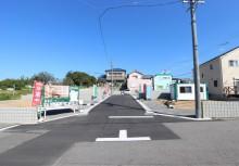 分譲地 閑静な住宅地♪ 前の道路は、交通量が少ないので車の出し入れやお子様も安心ですね。