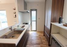 キッチン リビングと一体にしたキッチンで明るさを確保。IH、食洗器、人工大理石のシンクで使い勝手の良いグレードです。