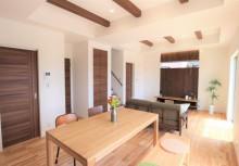 LDK 床、壁、天井に自然素材をふんだんに使用したLDK。あえて材種を変えて色合いにめりはりをつけて、無垢材の良さを最大限に楽しむ事ができます。