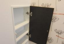 トイレ収納 壁厚を利用してトイレットペーパーなどのサニタリーがスッキリ収納できます。
