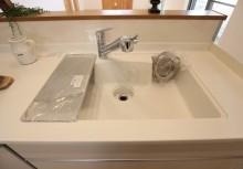 人工大理石シンク 鍋やフライパンなど大きな物も一度に洗えて、トップとシンクの繋ぎ目に段差がないので汚れが溜まりにくい設計です。