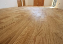 床材 栗のフローリングを採用し、表面をブラッシング加工しておりますので、見た目はもちろん素足で楽しめる床材です。ご見学の際は是非ご体験を!