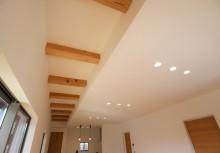 リビング高天井 リビングの一部を高天井にし、あえて構造梁を表しにして開放感とデザインを両立。