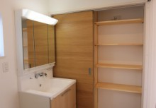 洗面所 三面鏡の収納タイプで、引き出し収納による出し入れが楽々。また、引戸付きの洗面収納完備で、洗濯物やタオルなどしっかりと収納できます。