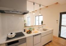 キッチン 間口2550㎜のI型キッチン。白を基調として、暗くなりがちなスペースを解消。