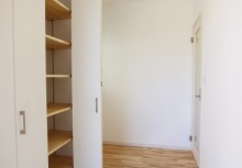 玄関 折戸タイプの収納扉で、たくさんの靴もスッキリ収納。