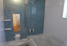 浴室 キレイが長く続く、つややかな人造大理石浴槽。保温仕様にもなっており、帰りが遅くても温かいお風呂に入れます。オートルーバー暖房換気乾燥機完備。