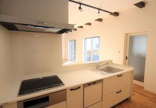 キッチン 白を基調としたオープンキッチン。奥まったスペースは暗くなりがちですが、光を反射する分、開放性のあるキッチンとなっております。