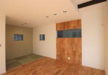 リビングアクセント 床と同じ材のナラ自然素材を施したアクセント木パネル。見た目はもちろん機能性として調質効果により年中快適に過ごせるリビングです。
