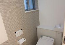 トイレ 収納付きトイレ。トイレットペーパーなどスッキリ収納できるので、気持ちが良いです。