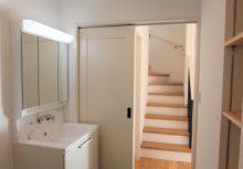 洗面化粧台 洗面台の収納の他に可動する棚も完備してありますので、タオルなどしっかり納まります。