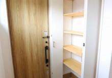 ホールにシューズクロークを完備。目的別に収納できます。可動棚になっており、大きな物でも高さを調節して、しっかりと収納できる仕様です。
