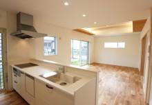 キッチン壁をなくす事によって、全体の空間が一体となって、スッキリとした間取りに仕上がっております。床材まで自然素材にこだわって、ナチュラルな雰囲気となっております。