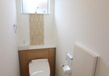 空間がスッキリするキャビネット付トイレです。壁に貼ってあるデザインパネルは、見た目だけでなくパネル自体が調湿や脱臭効果があります。