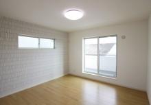 2階 8帖のある主寝室は、ゆったりと1日の疲れを癒してくれる空間です。また、外のバルコニーは屋根付きになっていますので、急な雨にも安心です。