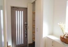 玄関 折れ戸タイプの収納扉で、たくさんの靴もすっきり収納。