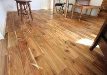 床 アカシアの床材で、幅広タイプにより高級感のある仕上りになりました。より自然な仕上りにしたくて、表面塗装も自然塗料を採用しております。