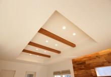 リビング天井 天井を一部高くして開放感とデザインを両立し、毎日が楽しめる住空間にしました。