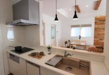 キッチン オープン型の対面キッチン。独立しがちなキッチンも開放感を持たせ、リビングダイニングを見渡せる間取りにしました。