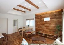 LDK 床やデザイン壁に落ち着いた重厚感のあるアカシアの自然素材を採用。注文住宅ならではのプランニングをご提供致します。