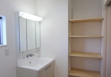 洗面所 三面鏡の収納タイプで、引き出し収納による出し入れが楽々。また、洗面収納完備で、洗濯物やタオルなどしっかりと収納できます。