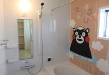 浴室 くまモンの壁パネルを採用したワンポイントアートウォールで、まるでくまモンと一緒にお風呂へ入っているような気分♪ 熊本県復興として売上の一部を支援しております。