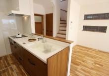 LDK キッチンは全体のコーディネートに合わせて無垢材を使用。より重厚感が漂い毎日の暮らしを楽しませてくれます。対面型オープンキッチンで暗くなりがちなキッチンも開放感のある明るいキッチンになりました。