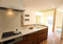 キッチン キッチンは全体のコーディネートに合わせて無垢材を使用。より重厚感が漂い毎日の暮らしを楽しませてくれます。対面型オープンキッチンで暗くなりがちなキッチンも開放感のある明るいキッチンになりました。