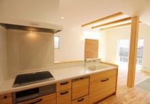 キッチン キッチンは全体のコーディネートに合わせて無垢材を使用。より重厚感が漂い毎日の暮らしを楽しませてくれます