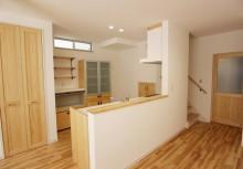 キッチン 対面オープンキッチンで全体の空間と一体になり、明るく広々と感じます。